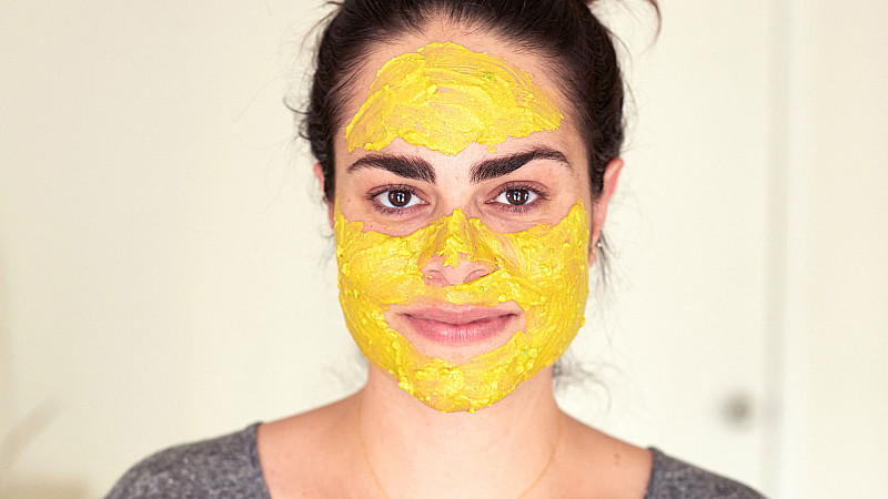 Alexandra Terry applies her Golden Face Mask recipe Foodadit