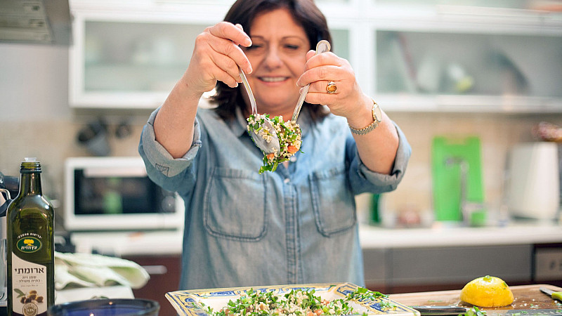 Sara Prezman mixing her delicious and healthy Tabbouleh Salad recipe Foodadit