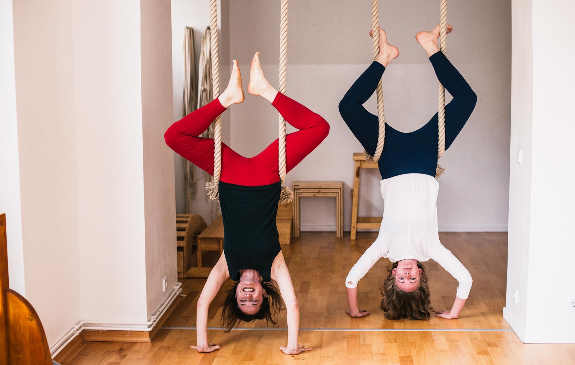 alanna-lawley-elizabeth-smullens-brass-iyengar-yoga-berlin-headstand2