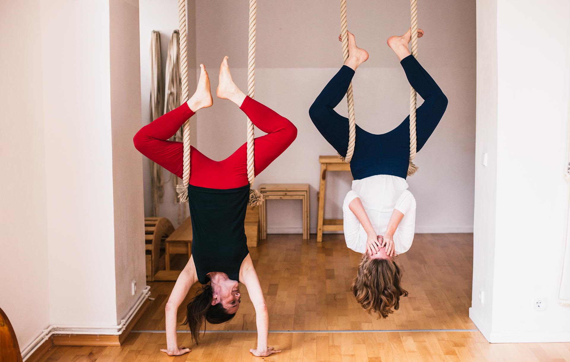 alanna-lawley-elizabeth-smullens-brass-iyengar-yoga-berlin-headstand3
