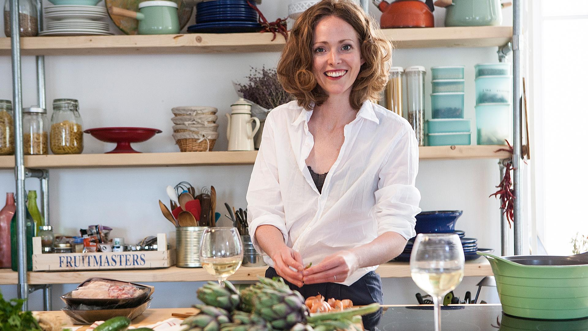 Alanna-Lawley-preparing-brunch-in-Greece-Foodadit