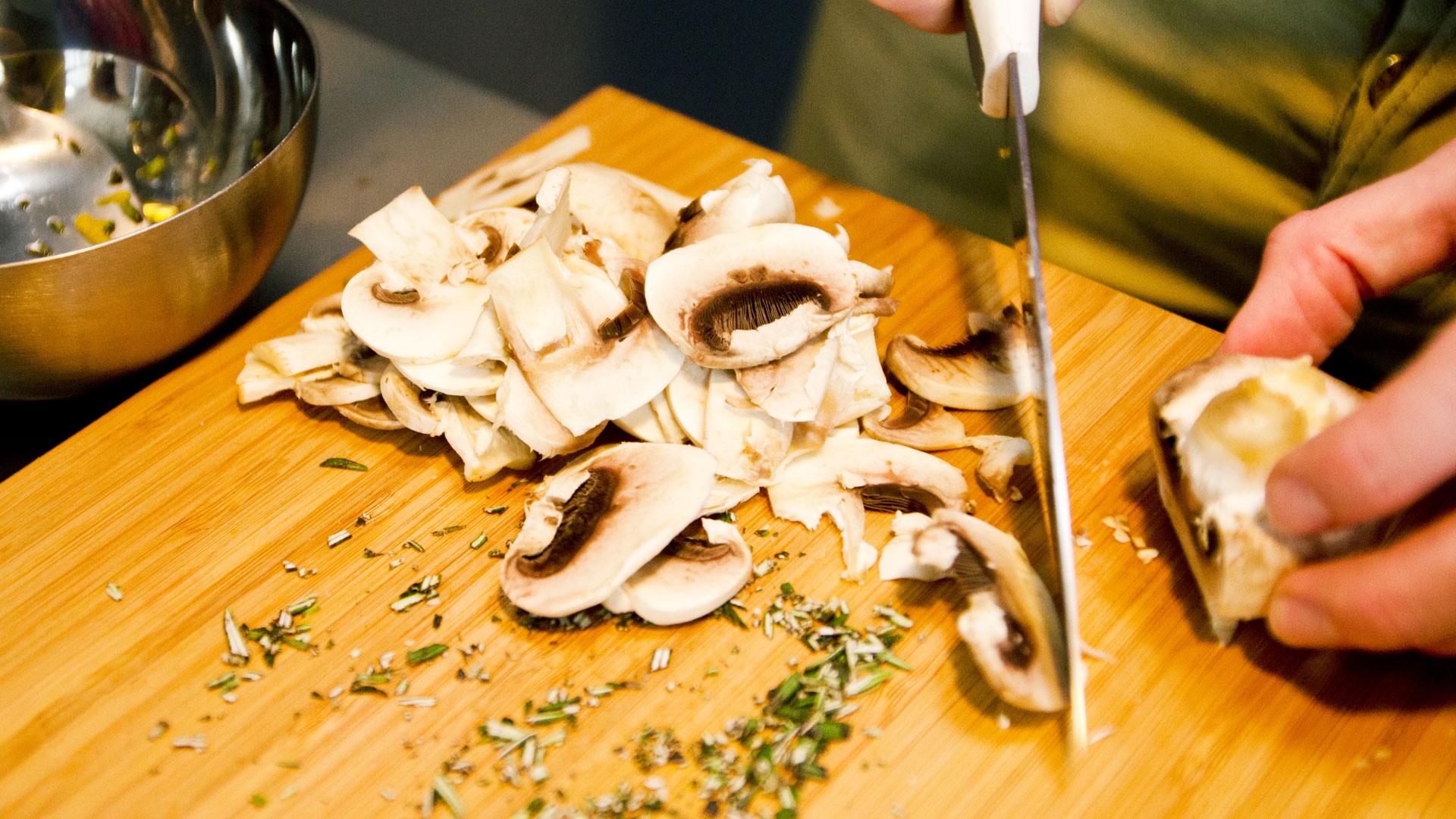 Alastair-prepares-ingredients-for-his-healthy,-vegan,-gluten-free-lentil-lemon-rosemary-rocket-mushroom-salad-recipe-Foodadit