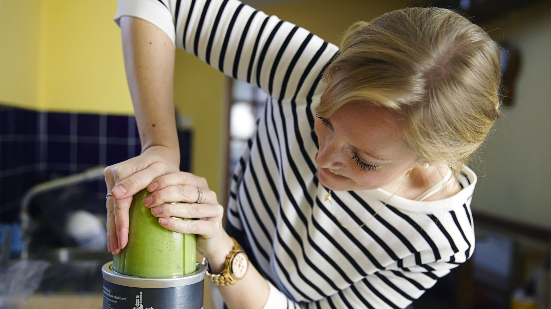 Karen Arkell blends her Green Goddess Juice recipe.