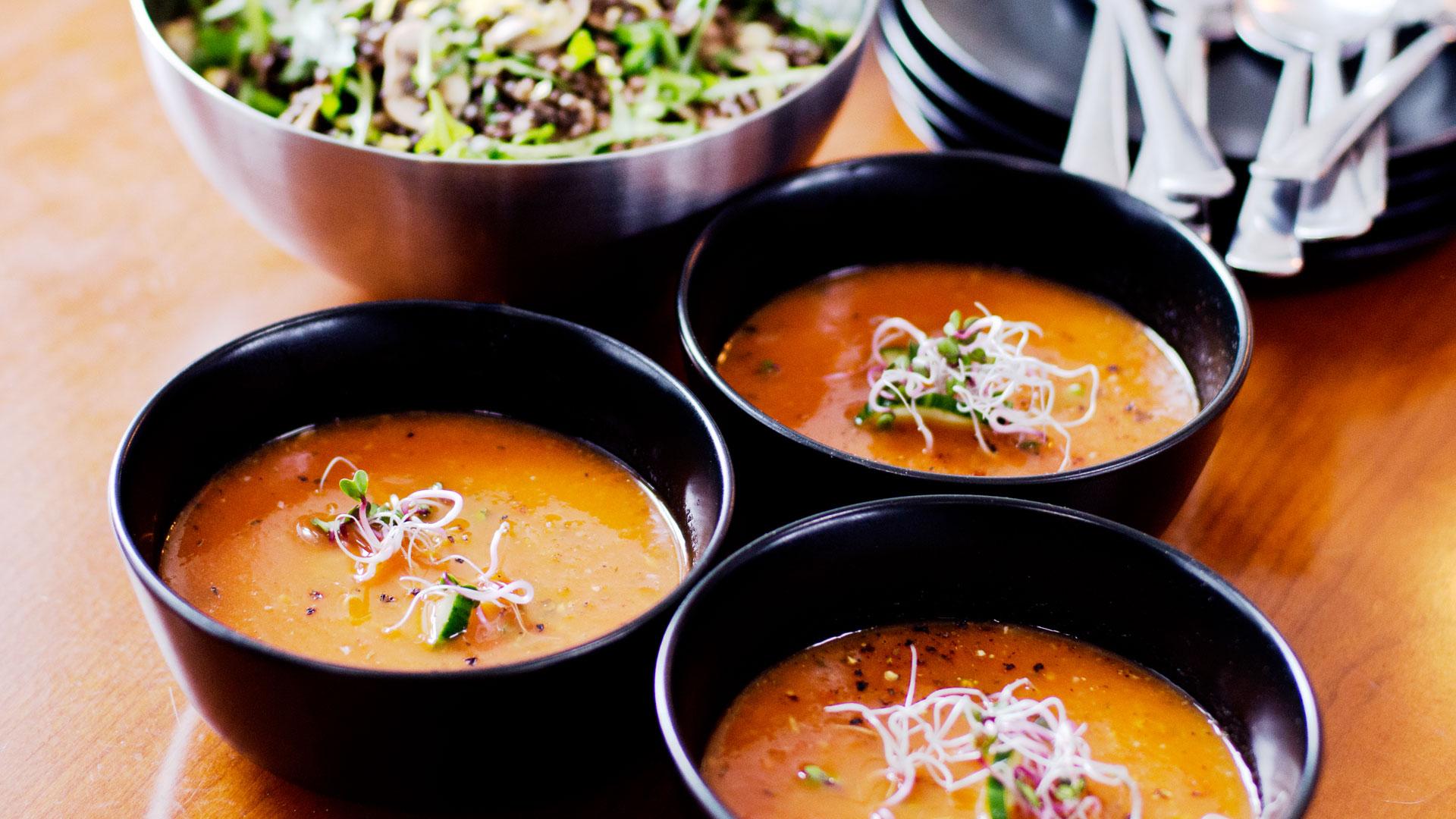 Nina's-delicous-healthy-vegan,-gluten-free-summer-Gazpacho-soup-recipe-in-bowls-Foodadit