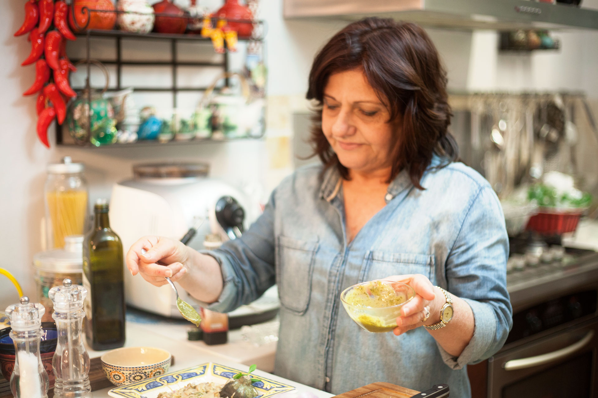 Sara-Prezman-making-her-delicious-and-healthy-Aubergine-Salad-recipe-Foodadit