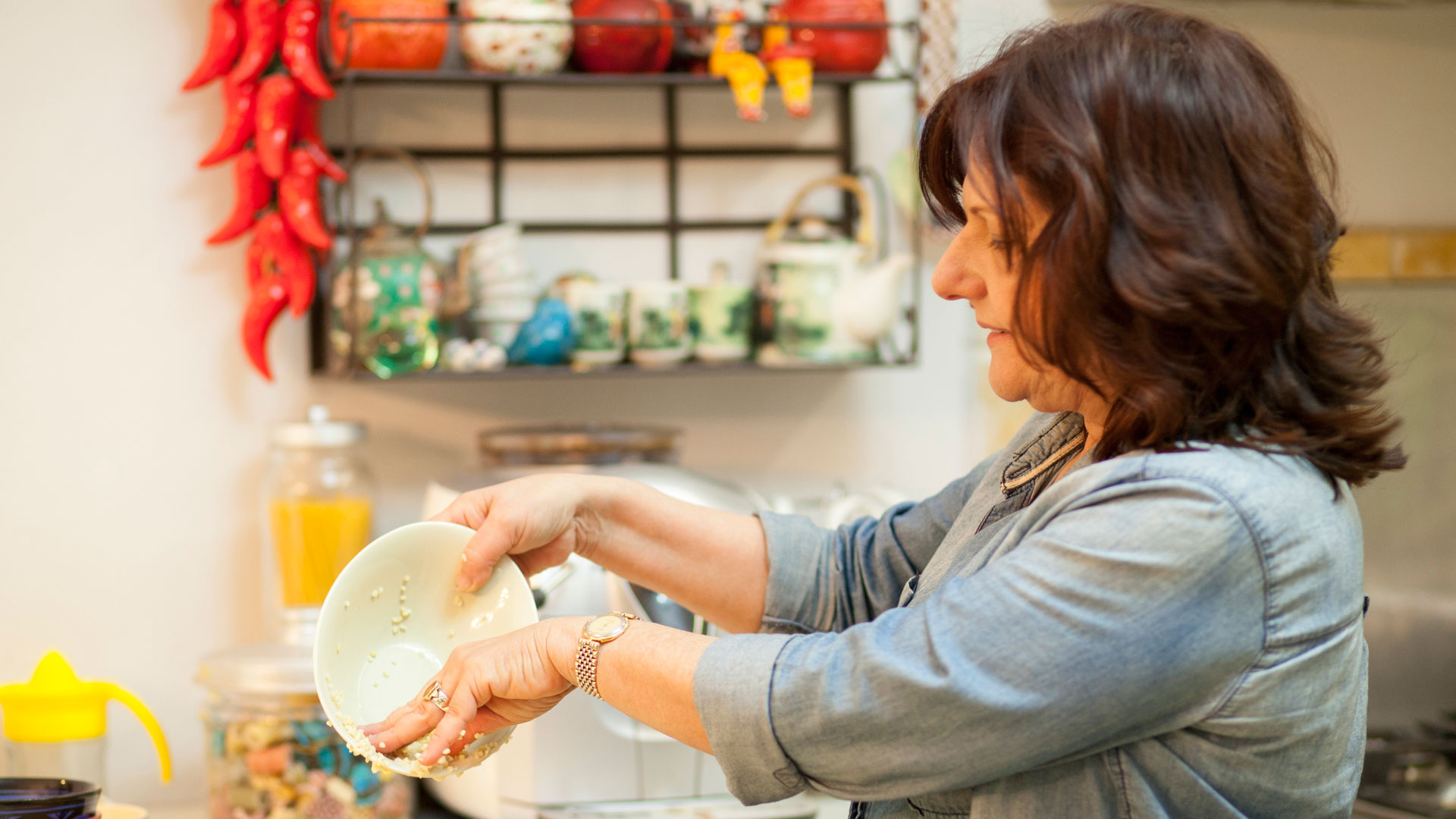 Sara-Prezman-preparing-bulgur-wheat-for-her-delicious-Tabbouleh-Salad-recipe-Foodadit