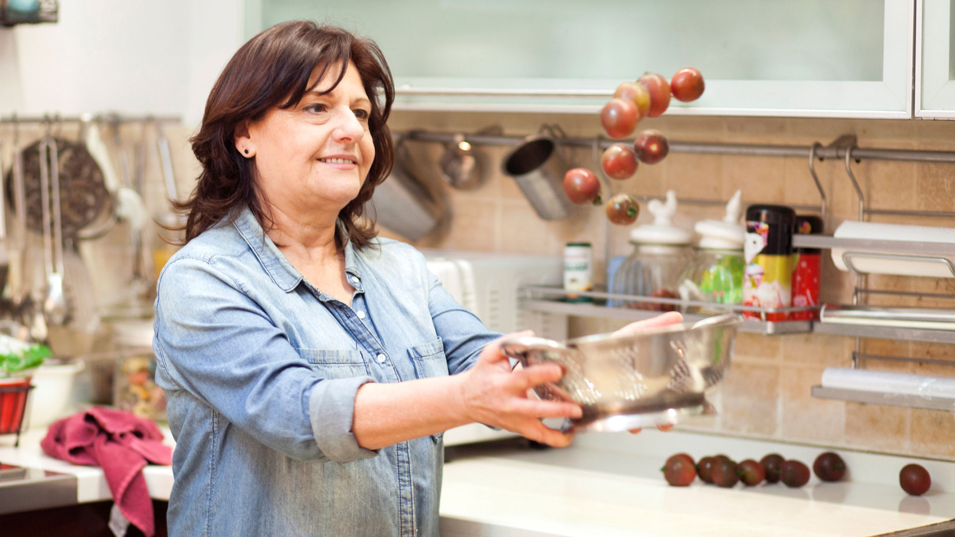 Sara-Prezman-rinsing-tomatoes-for-her-delicious-and-healthy-recipe-Foodadit