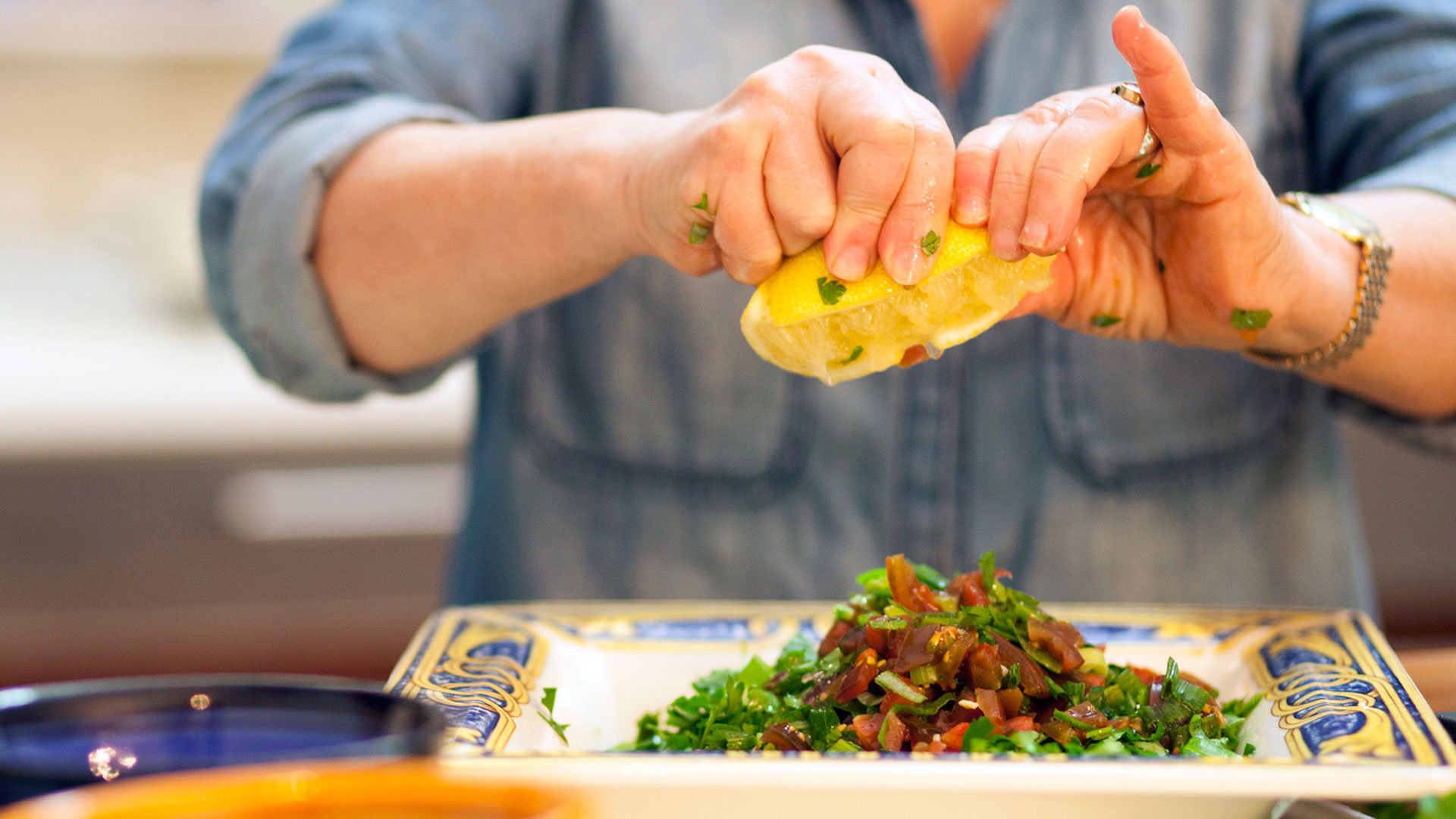Sara-Prezman-squeezing-lemon-juice-to-her-Tabbouleh-Salad-recipe-Foodadit